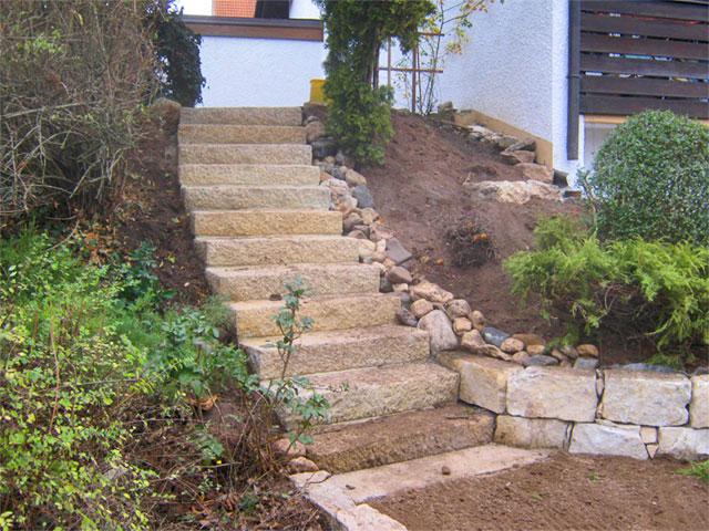 Terrassenanlage mit Natursteintreppe